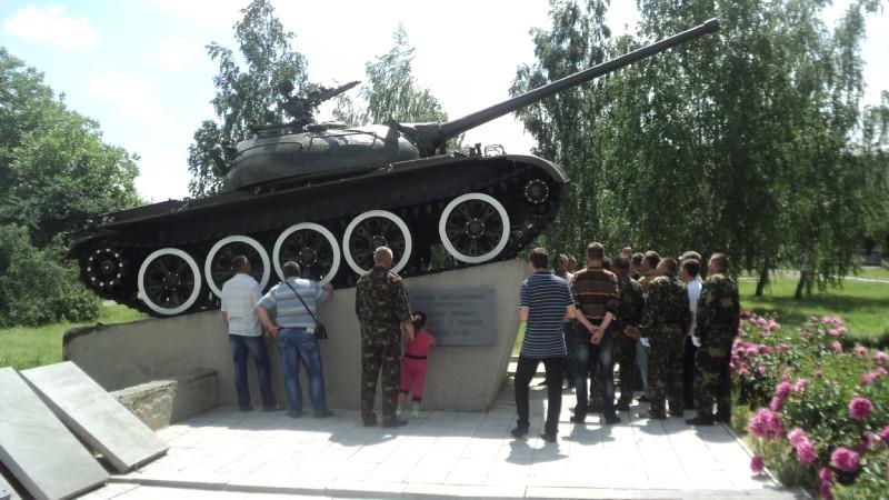 Учасники автопробігу роздивляються танк ТРК Сігма