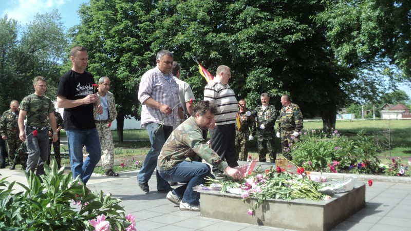 Афганці покладають квіти біля пам'ятника ТРК Сігма