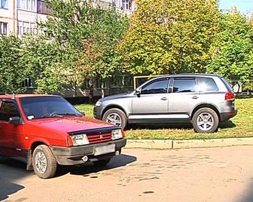 Авто на газоні, ТРК Сігма