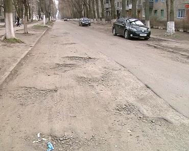 Розбита дорога на вулиці Паризької Комуни, Лозова, ТРК Сігма
