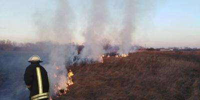 На Закарпатті лікарі борються за життя жінки, яка обгоріла під час спалювання трави