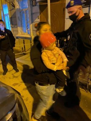 Були голодні та з ранами на шиї: в Одесі виявили дітей, які через вікно просили про допомогу
