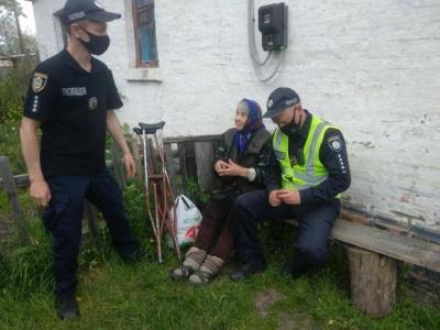 Хотіла накласти на себе руки через самотність: поліцейські врятували 90-річну бабусю