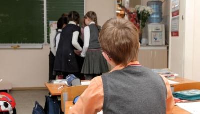 Скандал у школі під Львовом: вчителька змушувала дитину їсти папір і погрожувала відрізати палець